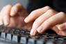 Kvinne som skriver på et tastatur