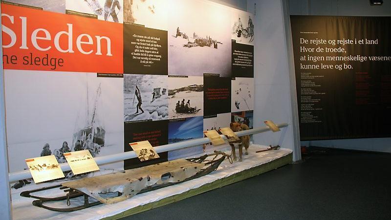 Fridtjof Nansen møtte inuitter og deres kultur under overvintringen på Grønland fra 1888–89, og forsto at han måtte lære av arktiske urfolk: kle seg som dem, lære å lage mat som dem, lære å padle kajakk – og ikke minst lære å kjøre hund.