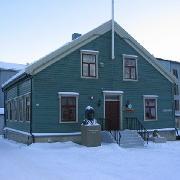 Polarmuseet består av flere bygg og danner sammen et historisk og vakkert miljø nede på Skansen.Bygningene som Polarmuseet befinner seg i, er det gamle tollanlegget i Tromsø, bestående av pakkhus, sjøbod og tollkontorbygning. Polarmuseet tok i bruk Tollbodbrygga og sjøboden i 1978, mens tollboden kom over i museets eie først i 1992.Tollvesenet flyttet ut av bygningene i 1970. Alle bygningene er fredet av Riksantikvaren.