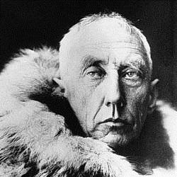 Utstillingen har som basis en fotosamling, som omhandler hele Roald Amundsens liv og virke i polaregnene.