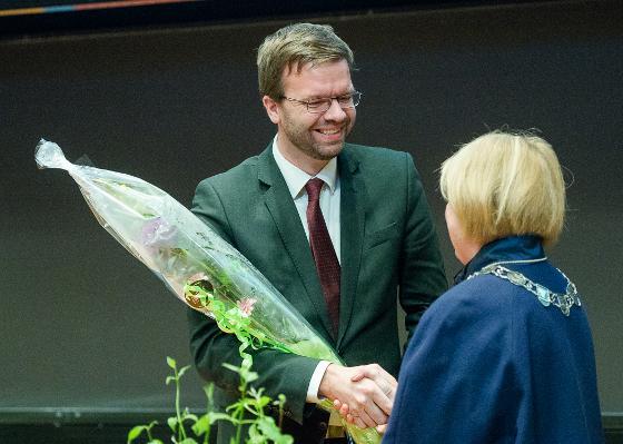 Markus Hoel Lie fikk blomster av rektor Anne Husebekk. Foto: Lars Åke Andersen