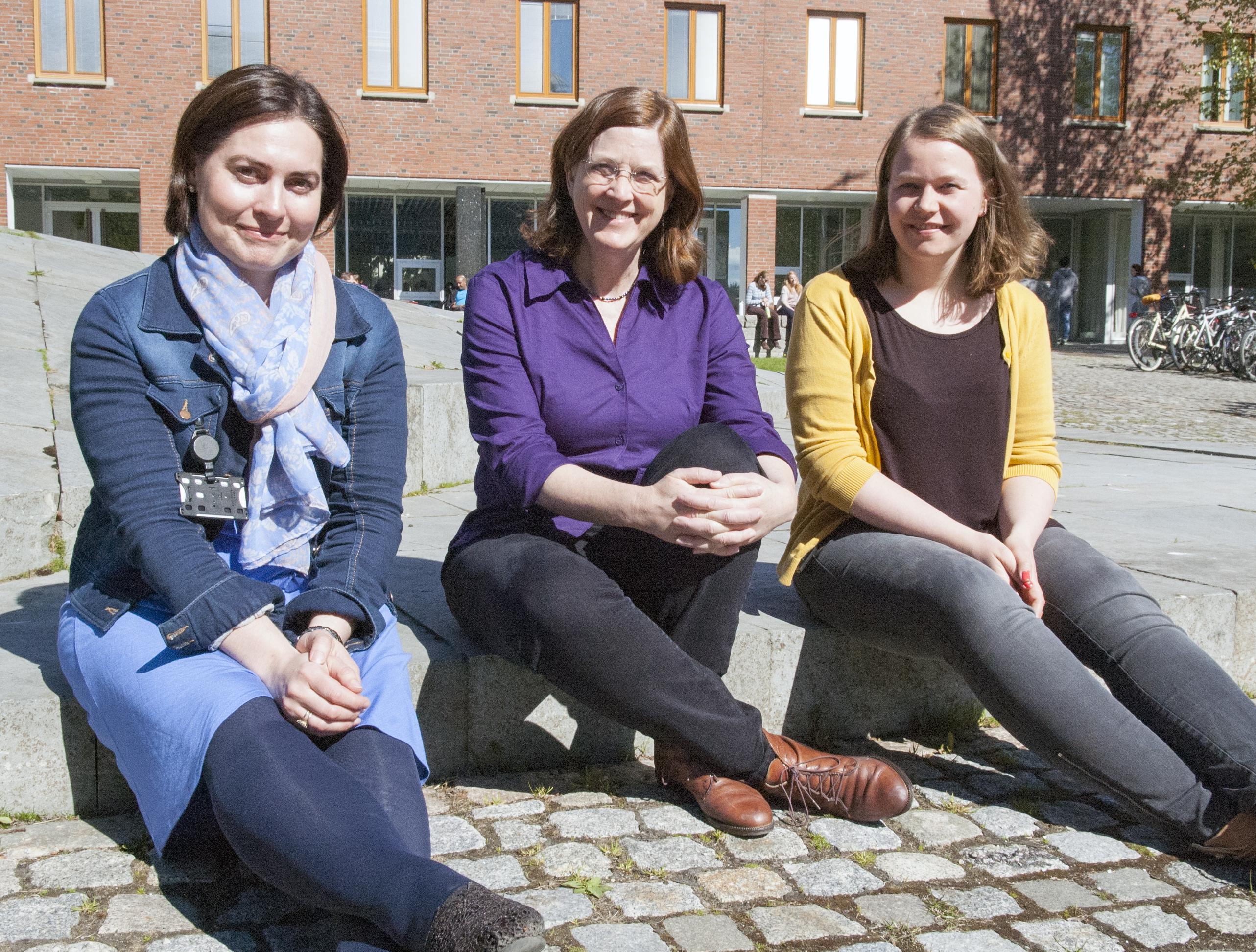 Camilla Brekke (t.v.), Cathleen Jones og Stine Skrunes ser fram til neste ukes eksperiment. Foto: Karine Nigar Aarskog