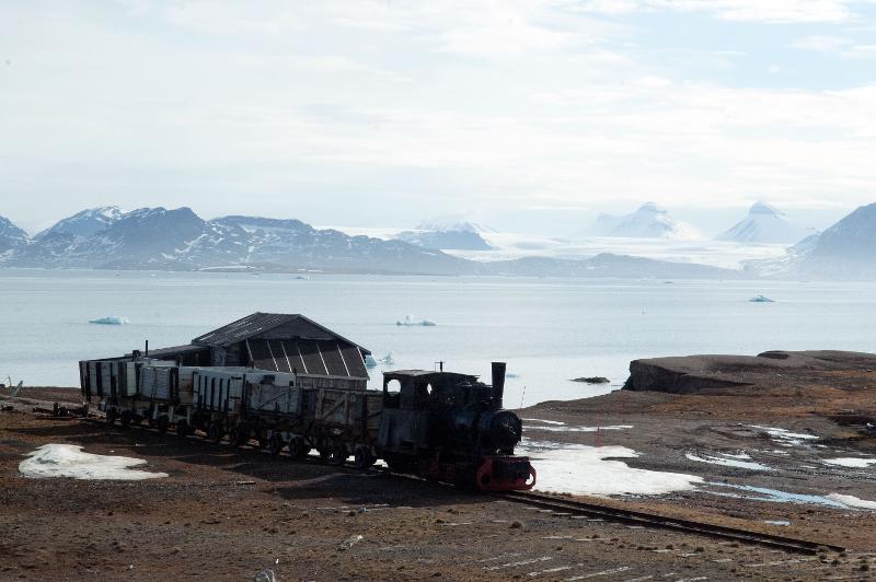 Det gamle toget som fortsatt står i Ny-Ålesund vitner om tida da det var gruvedrift her. Alle foto: Karine Nigar Aarskog