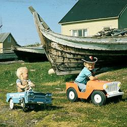 De kulturhistoriske samlingene&nbsp;Ved Troms&oslash; Museums etablering i 1872 besto de kulturhistoriske samlingene av 15 oldsaker som alle var innsamlet i forbindelse med &laquo;Den alminnelige utstilling&raquo; som ble avholdt i Troms&oslash; i 1870.&nbsp; Siden den gang har samlingene vokst med hundretusener av gjenstander.&nbsp; Mesteparten er kommet inn gjennom arkeologiske utgravninger og aktiv innsamling, men deler av samlingene er gitt til museet som gaver.&nbsp;<br /><br />