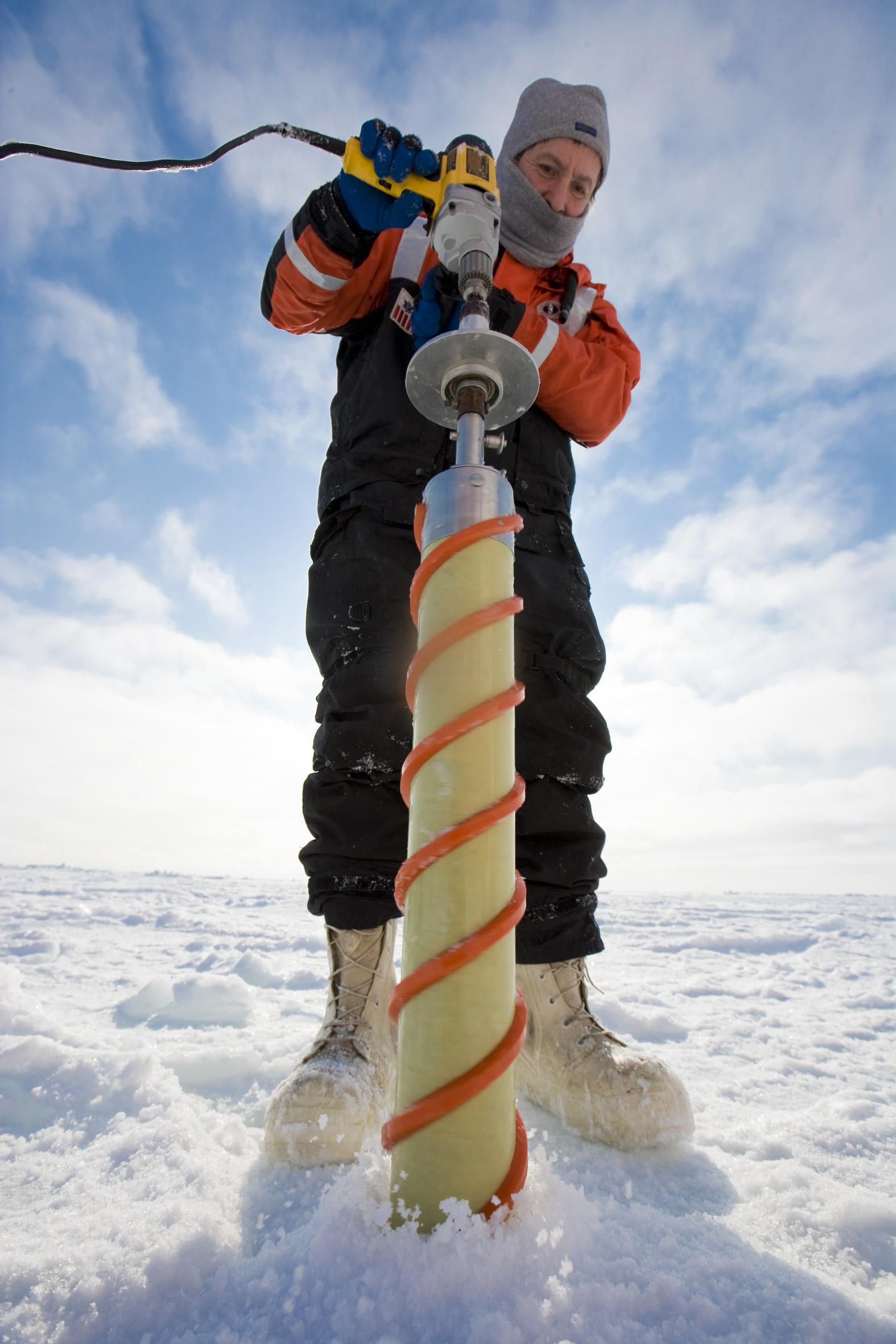 Rolf Gradinger tar isprøver på et forskningstokt i Polhavet. Foto: Christian Morel