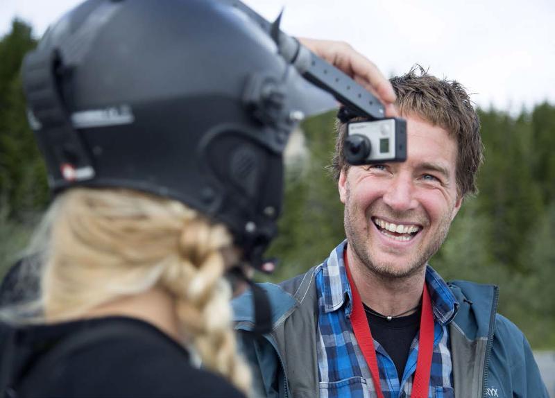 Audun Hetland sjekker at kameraet sitter som det skal på Maria Aasheim. Foto: Stig Brøndbo