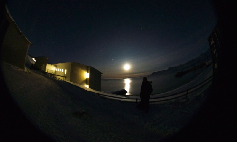 Fullmåne i Ny-Ålesund på Svalbard. Foto: Geir Johnsen, NTNU/Unis