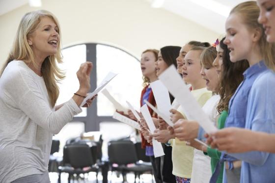Bilde av musikklærer og elever