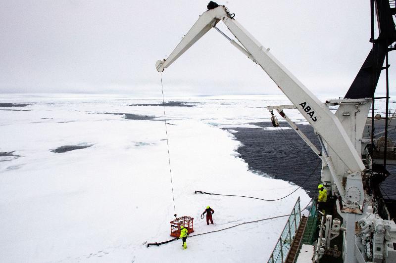 """Forskningsskipet """"Helmer Hanssen"""" ligger fortøyd ved iskanten på 80 grader nord, under fjorårets Outreach-tokt på Svalbard. Foto: Karine Nigar Aarskog"""
