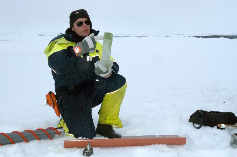 Professor Frank Nilsen fra UNIS har tatt en kjerneprøve av isen på 80 grader nord under fjorårets Outreach-tokt på Svalbard. Foto: Karine Nigar Aarskog