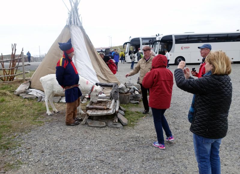 Britt Kramvig forsker også på hvordan samiske objekter blir brukt i reiselivet i Nord-Norge og hvilken turbulens det kan skape. Foto: Britt Kramvig