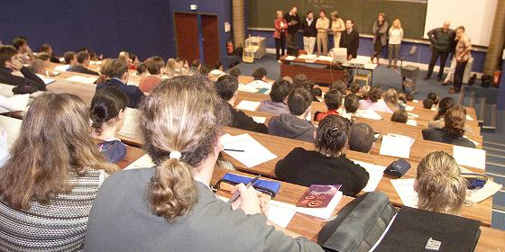publikum sitter på auditorium