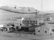 Store Norske Spitsbergen Kullkompani AS anla taubane for transport av kull rett over Sysselmanns gården. Kampen om makten er tydelig. Foto: Herta Lampert.