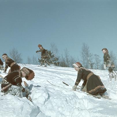 Rolf Ärnströms bilder fra 1940-årene gir oss et unikt og annerledes blikk inn i samisk barndom og skolegang.