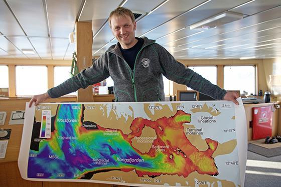 Matthias med havbunnskart-mini.jpg