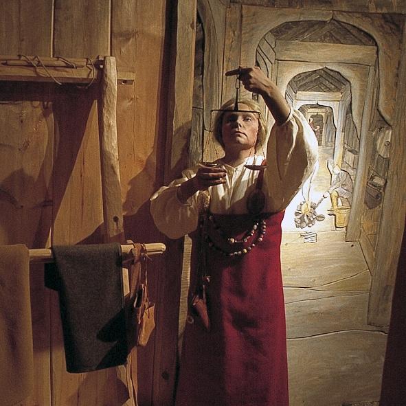 Utstillinga om Vikingtida og middelalder viser at Nord-Norge var en del av den felles europeiske kulturen, og at nordlendingene hadde forbindelser til områder både øst og vest i Europa.Utstillinga viser noen av gjenstandene som viser denne langveis kontakten.