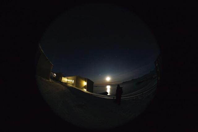 Månelys i polarnatt i Ny-Ålesund.