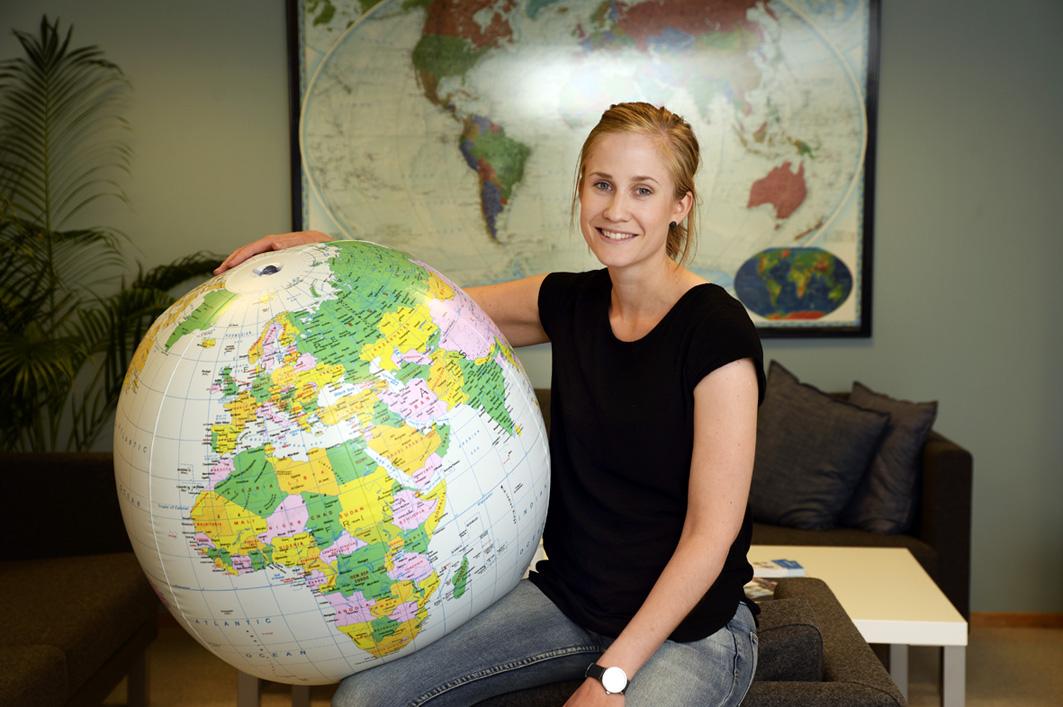 Siri Asphaug Holmø sitter med jordkloden i hendene