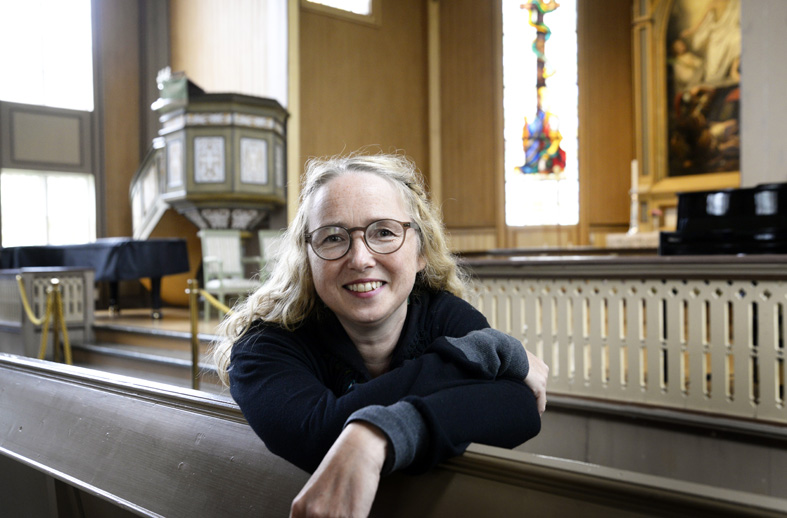 Jill Yvonne Kjølaas Sæterbø på kirkebenk i Troms&oslaslh; domkirke