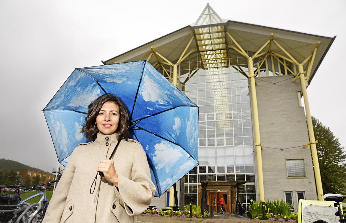 Michele Widerøe foran arkitektoniske Fiskerihøgskolen ved UiT