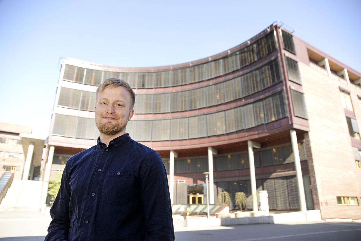 Arve Hansen foran Teorifagsbygg hus 1 på studiested Tromsø