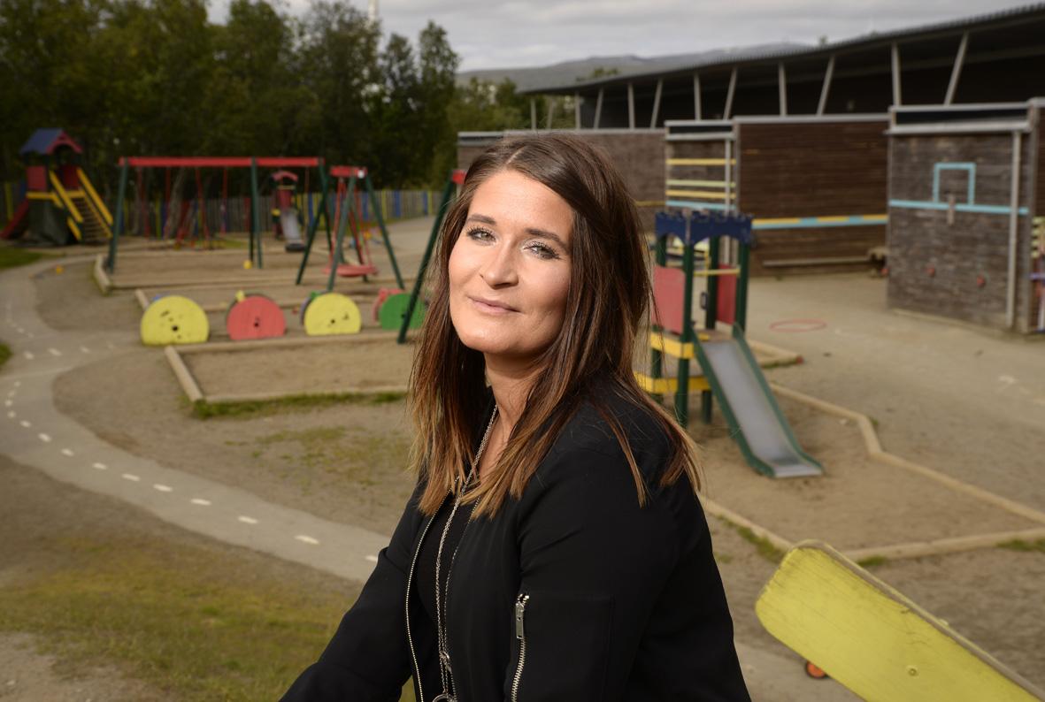 Karine Dahlø Iversen foran lekeplassen til barnehagen hun jobber ved
