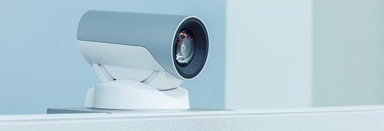 Et web kamera oppå en monitor