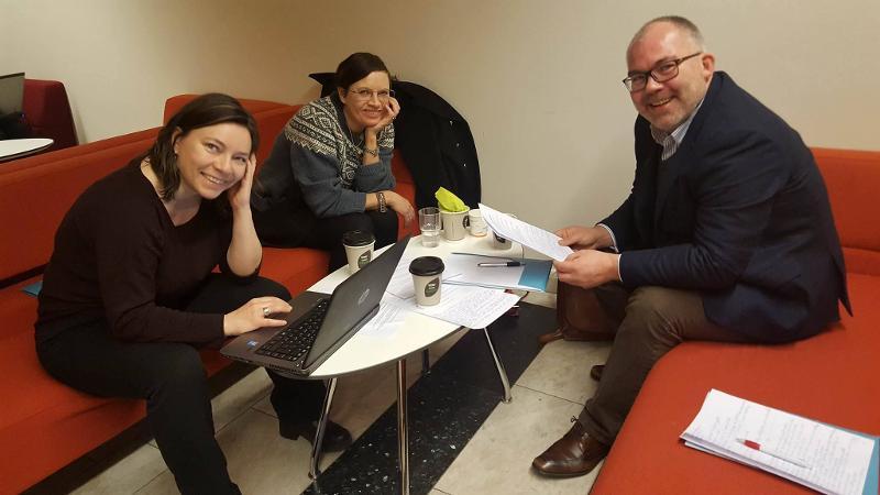 Tre av deltakerne som diskuterte migrasjon på dialogmøtet.