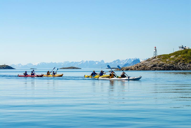 Bilde av kajakkpadlere i Lofoten. Foto: Aurora Borealis Multimedia AS.jpg