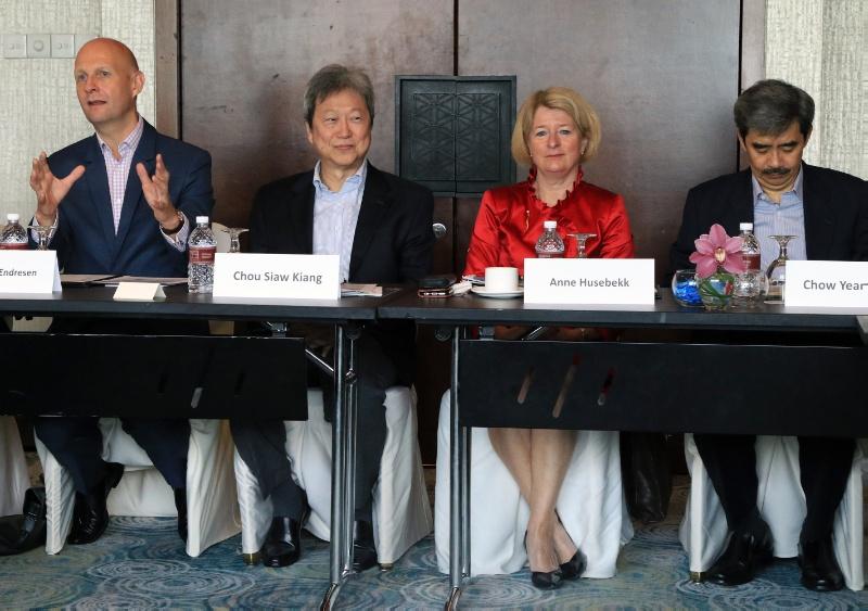 Ambassadør Tormod Endresen, Chou Siaw Kiang, Anne Husebekk og Chow Yean Khow var blant de som deltok på workshopen mellom UiT og NUS.