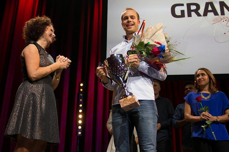 NUMMER EN: Torbjørn Øygard Skodvin fra Rognan i Nordand vant Forsker Grand Prix i Trondheim lørdag. Et gavekort på 20.000 kroner fulgte også med seieren. Til venstre konferansier Nadia Hasnaoui.