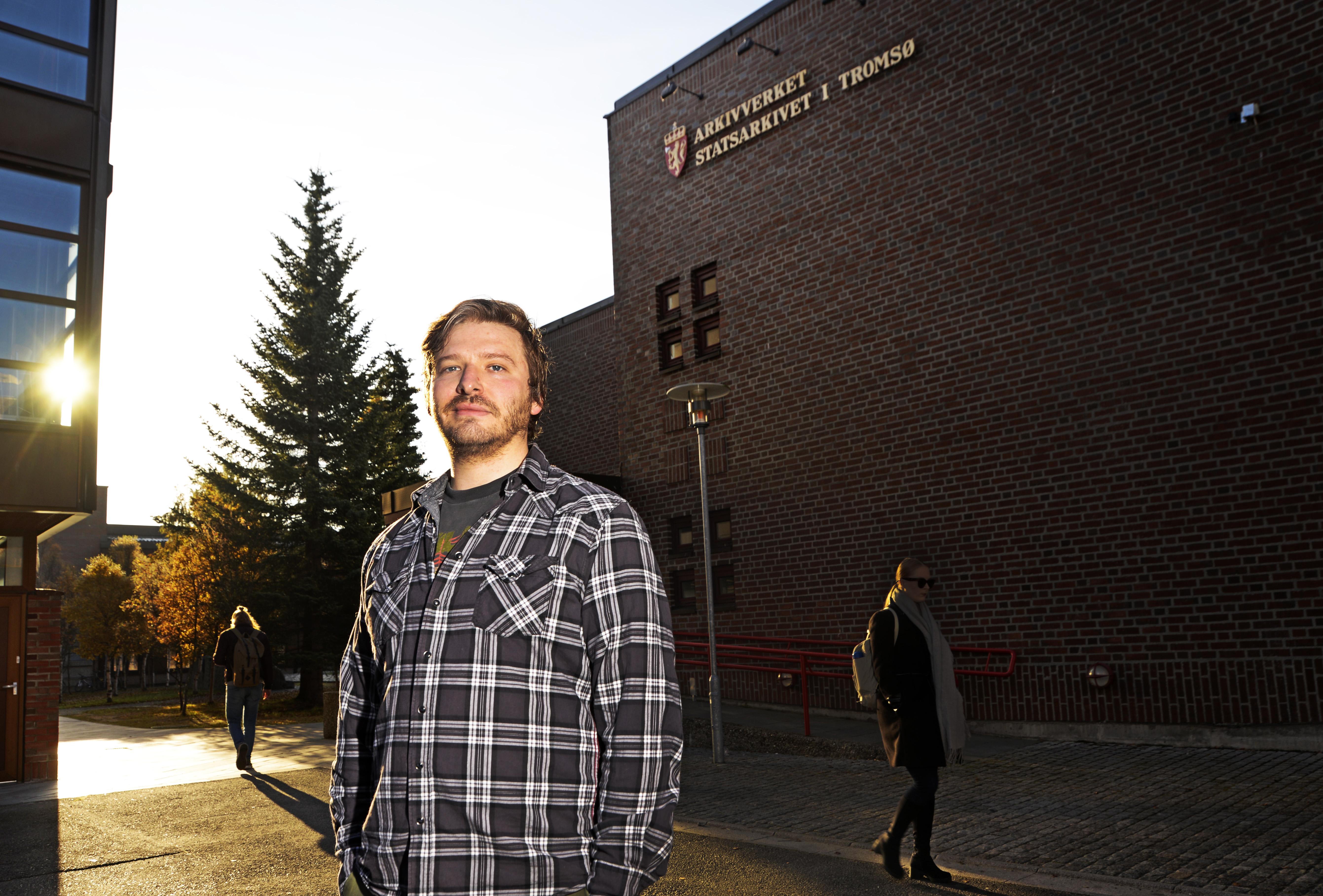 Torbj&oslahs;rn Andersen utenfor Statsarkivet i Tromsø