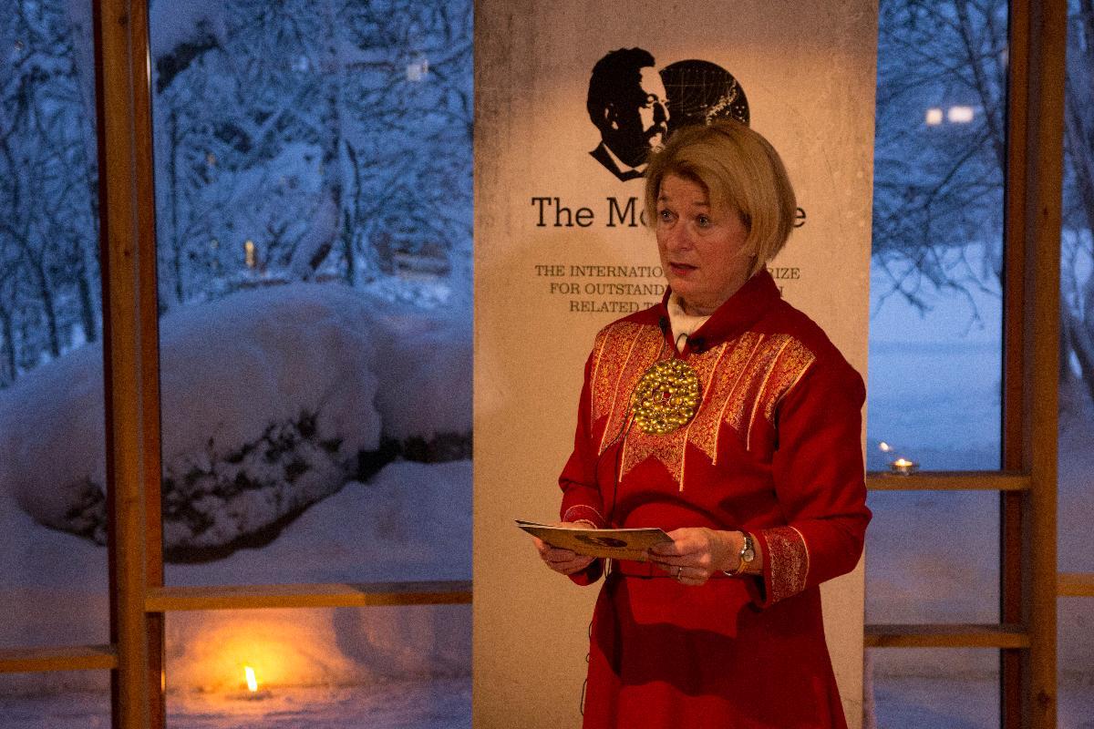 Anne Husebekk i kofte holder tale