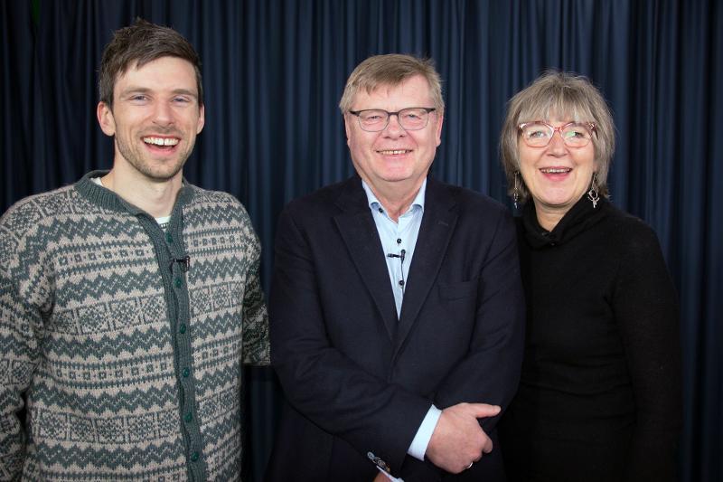 Geir Hevnskjel Ringvold (t.v.) og Marit Anne Hauan er de to programlederne i den nye podcasten. Her sammen med en av årets gjester – professor Ørjan Olsvik.