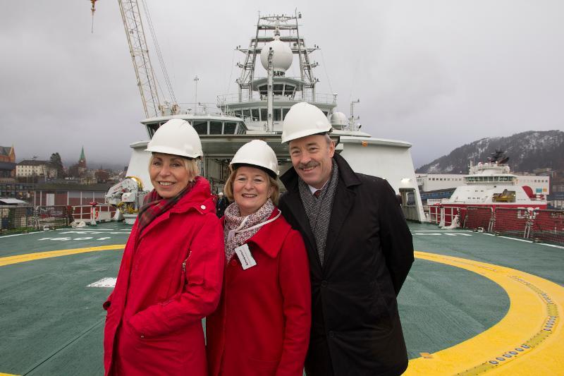 """Sissel Rogne (t.v.), Anne Husebekk og Ole Arve Misund på helikopterdekket til """"Kronprins Haakon""""."""