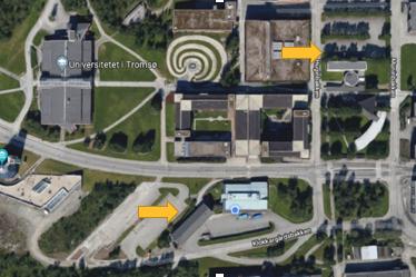Den øverste pila viser parkeringsplassene ved Øvre Lysthus, mens den nederste viser parkeringsplassene ved Lesehus Øst.
