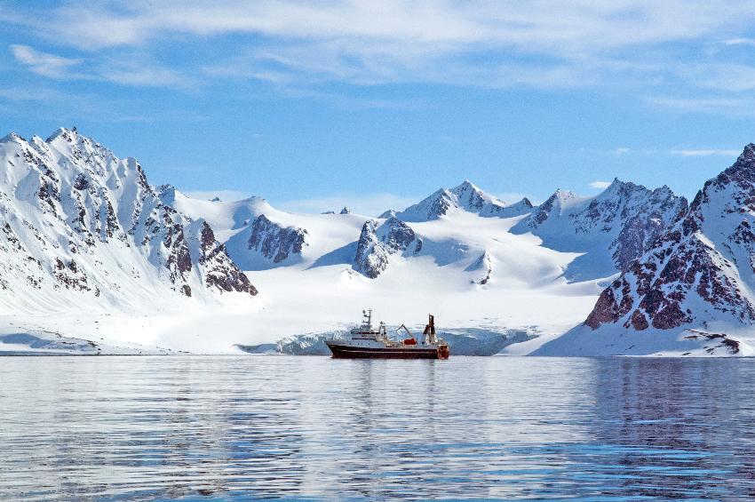 Forskningsskipet «Helmer Hanssen» på Svalbard.