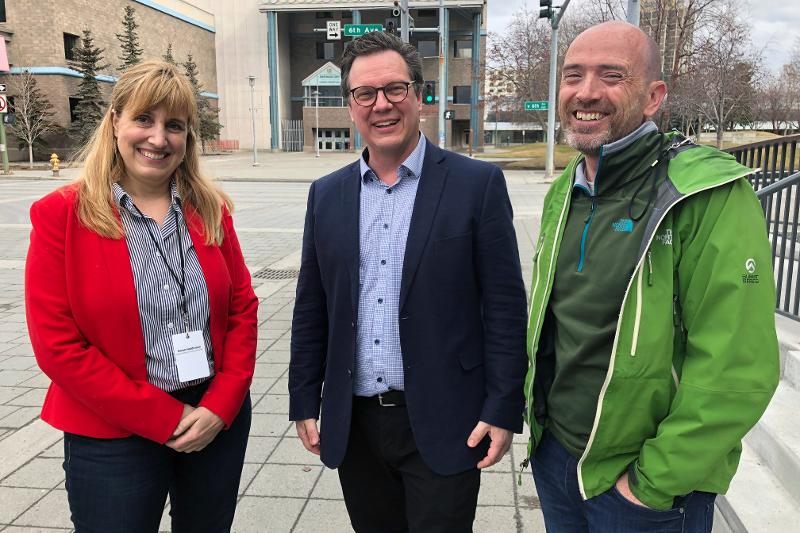 Gwen Holdman (t.v.), Greg Poelzer og Yngve Birkelund samarbeider om fornybar energi i Arktis. Her fra et møte i Anchorage i april.