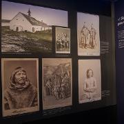 På slutten av 1800-tallet ble Johan Adrian Jacobsenet kjent navn i etnografiens verden. Etter å ha hoppet av karrieren som ishavskipper og sjømann, fikk væreiersønnen fra Risøya internasjonal berømmelse som samler av mennesker og ting. Han sørget for at tusenvis av unike gjenstanderhavnetpåeuropeiske og amerikanske museer, og skaffet også til veie levende urfolksom ble vist fremi dyreparker og andre steder.Storm og stilla betegner ikke bareJacobsens fysiske reiser, men også hans liv og etnografiske bedrifter.