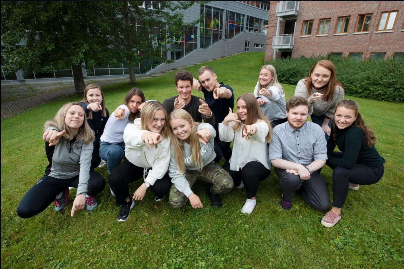 Gjeng med studenter fra UiTstudent sitter i en gruppe
