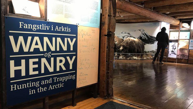 <span><span>Utstillingen forteller om fangstlivet gjennom historiene til Henry Rudi og Wanny Woldstad. Vi følger dem på isbjørnjakt, gjennom hundehold, matlaging og juleforberedelser, fra fangstfeltet og ut i offentligheten – og over grensene for tradisjonelt manns- og kvinnearbeid.</span></span>