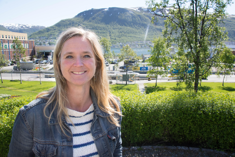 Museumsdirektør, Lena Aarekol, foran tomta hvor det nye museet skal ligge.