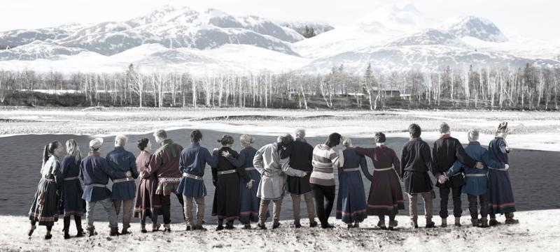Utstillinga «Queering Sápmi» forteller historiene til personer som utfordrer de tradisjonelle normene omkring kjønn, seksualitet og identitet innenfor den samiske minoritetsgruppa.