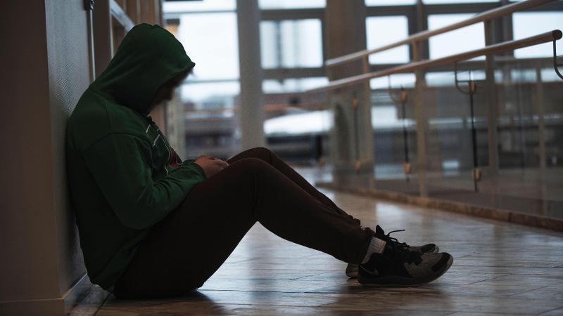 Utenforskap kan være en grunn til tunge tanker og selvskadende atferd blant unge. Illustrasjonsbilde: David Jensen/UiT