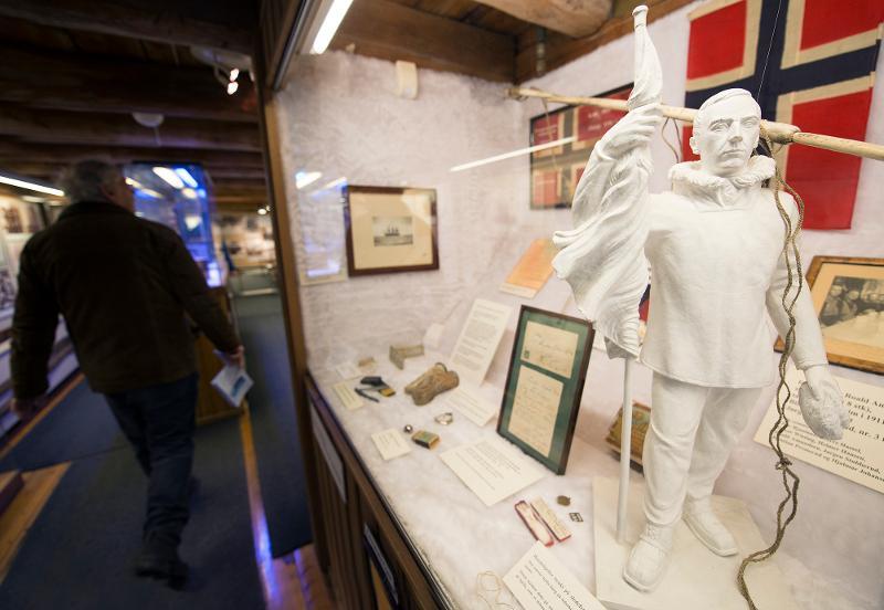 <p>Den 18. juni 1928 samlet folk seg på kaia i Tromsø for å få et glimt av folkehelten Roald Amundsen idet han kløv om bord i flybåten Latham, på vei nordover for å finne Umberto Nobiles forulykkede luftskipsekspedisjon. Få timer etter avgang fra Tromsø ble all radiokontakt brutt, og Latham forsvant sporløst med hele besetningen.</p>