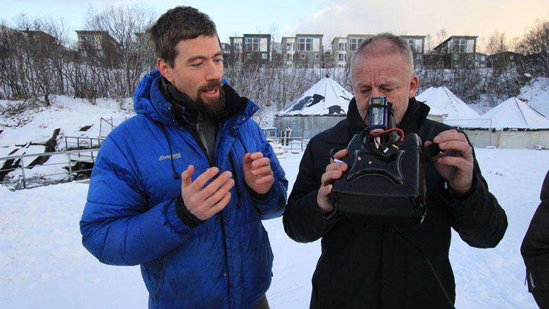 Fiskeri- og sjømatminister Geir-Inge Sivertsen tester FPV-briller. Foto: Nærings- og fiskeridepartementet