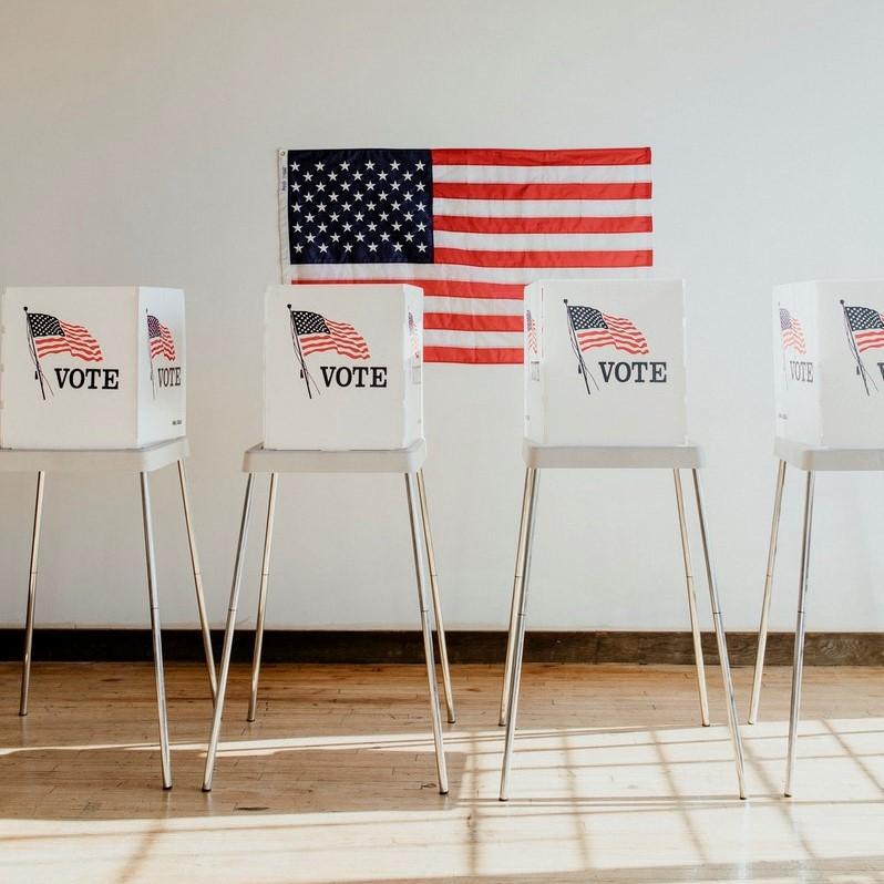 bilde av en plakat der det står vote