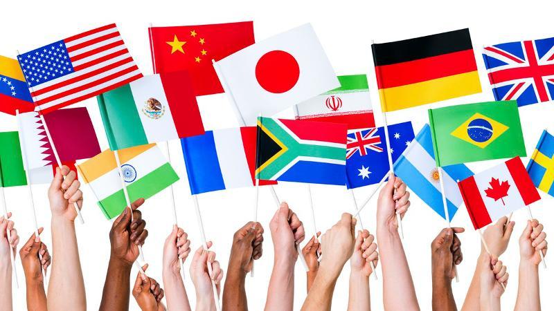 Utsnitt av hender som holder flagg. Foto: Rawpixel