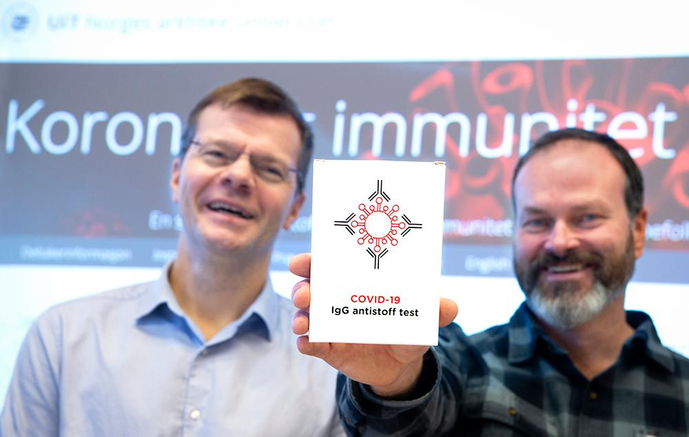 2 menn som holder opp en blodprøve pakke