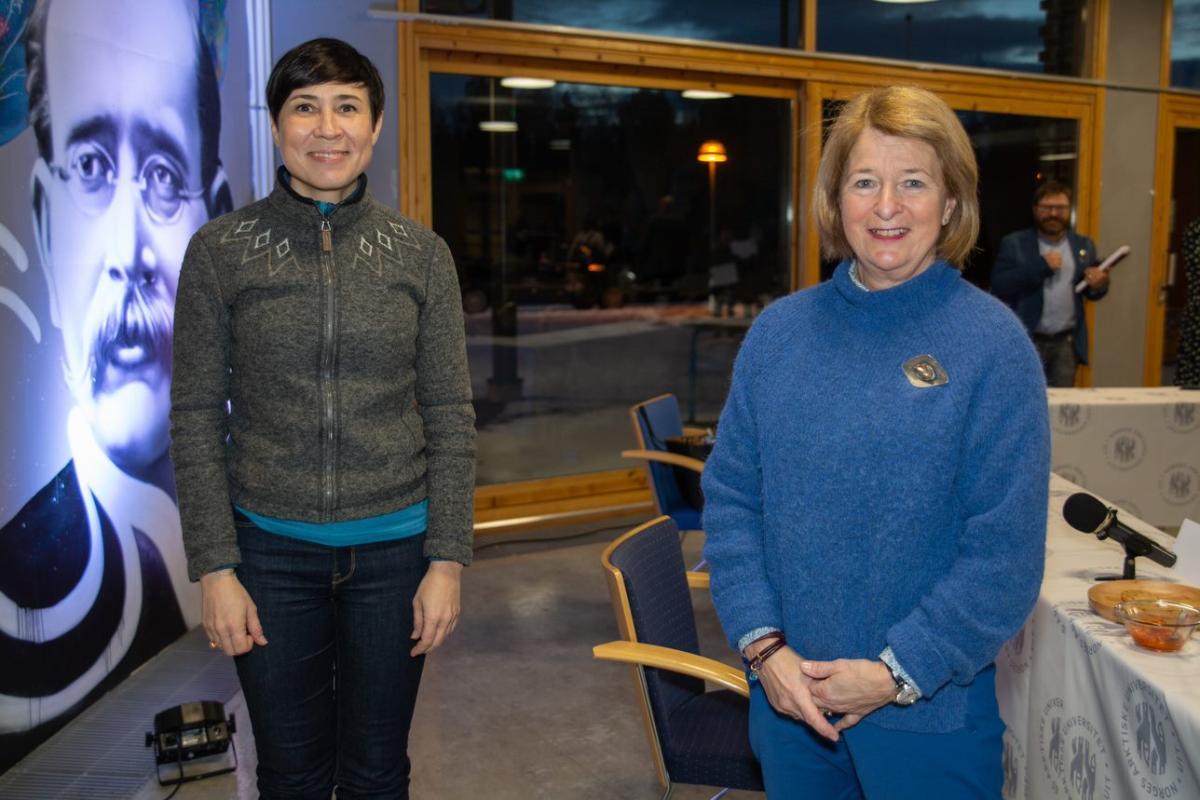 INNSPILL: Utenriksminister Ine Eriksen Søreide fikk gode innspill fra de tre studentene ved UiT i Alta, Ulrikke Hornæs Herving, Caroline Laurhammer og Vegard Båtnes Braaten.